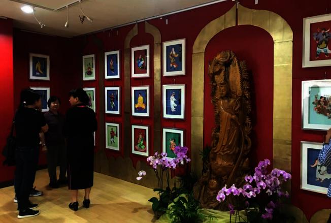 大悲咒觀音菩薩84尊化身立體紙雕,「大悲心陀羅尼經紙雕特展」,知賓人員為訪客解說。(佛光會提供)