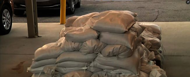 防備風災,橘郡提供免費沙袋,居民可至五指定處領取。(截自視頻)
