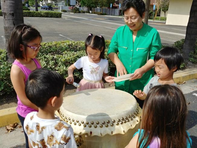 富樂頓中文學校今年暑期中文夏令營相當成功。圖為學生學習打鼓。(富樂頓中文學校提供)