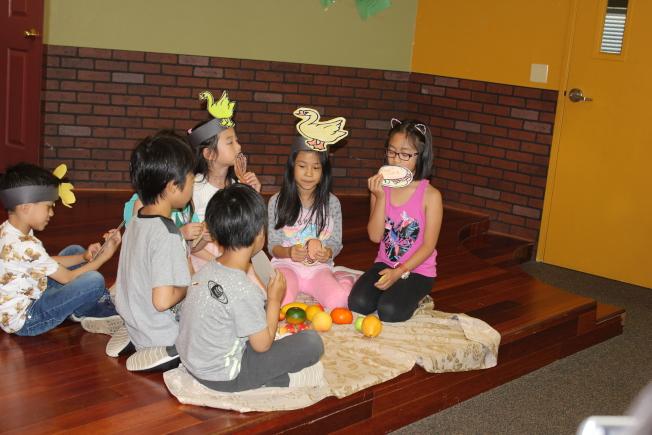 初級班學生表演話劇。(富樂頓中文學校提供)