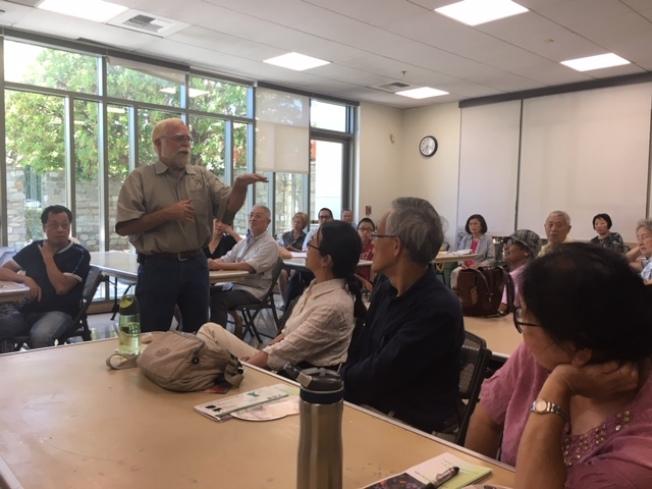 鑽石吧市、洛杉磯縣日前舉辦大型智能園藝講座,邀請園藝專家為園藝愛好者講解堆肥、花草及蔬菜養護、省水等問題。(記者楊青/攝影)