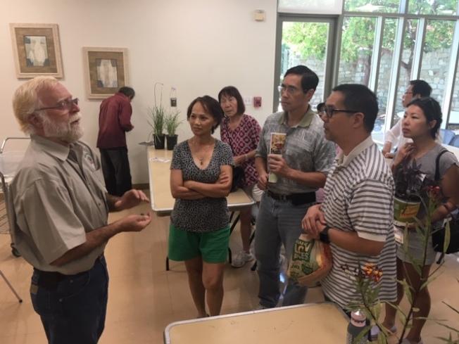 洛杉磯縣園藝生物專家Curtis Thomason(左)為華人園藝愛好者解答問題。(記者楊青/攝影)