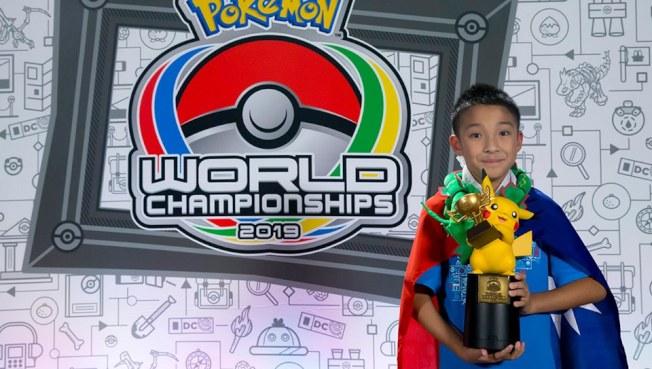 台灣的10歲男孩吳比披國旗參加電玩部門兒童組賽事,一路過關斬將得到冠軍,成為台灣之光。(取材自臉書)