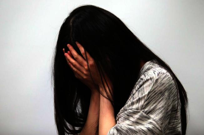 桃園市19歲少女長期遭生母、繼父囚禁生活,網友通訊社群獲知通報,警方、社會局社工合力將她救出安置,圖為示意圖。(本報資料照片)