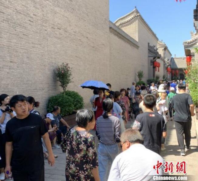喬家大院被「摘牌」後重新開放,仍吸引許多遊客造訪。(取材在中新網)