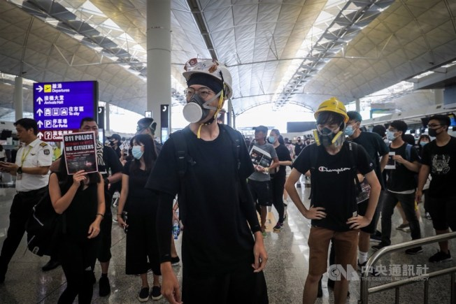 反送中抗議民眾使用的頭盔、口罩等裝備,已被電商平台列為「敏感物品」。(中央社資料照片)
