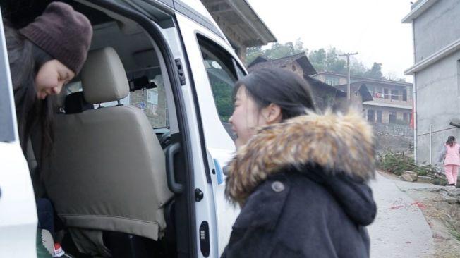 曾雙潔(右)迎接姊姊下車,開心露出笑容。(洛杉磯時報)