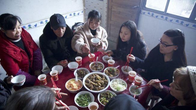 曾家骨肉吃團圓飯,包括曾母(左起)、曾父、曾雙潔、曾芳芳、養姊維多利亞、養母瑪夏。(洛杉磯時報)