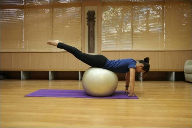 趴姿,用手支撐趴在瑜伽球上擺動臀部。(圖:蔡娟秀提供)