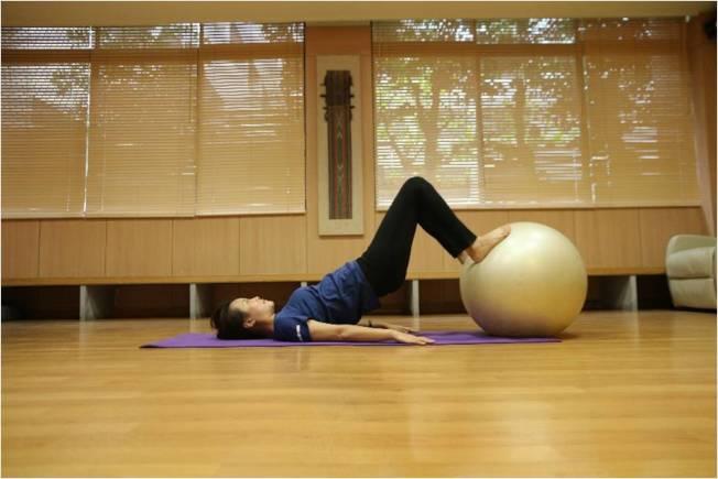 躺姿,雙腳踩住瑜伽球往上抬臀。(圖:蔡娟秀提供)