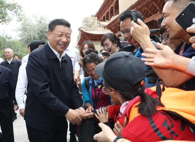 中國國家主席習近平19日現身敦煌莫高窟,實地考察文物保護和研究。據報導,這是北京高層自8月初「神隱」後,習近平首次公開露面。(新華社)