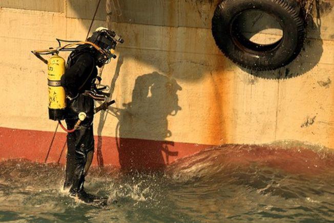 潛水員正在下水。(取材自中國青年報)