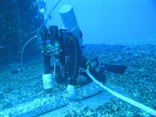 潛水員正在海底作業。(取材自中國青年報)