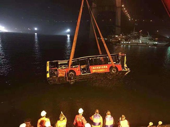 重慶萬州墜江公交車被吊起。(取材自中國青年報)