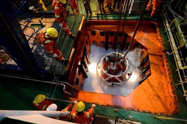 「飽和潛水」中的潛水鐘正在下水。(取材自中國青年報)