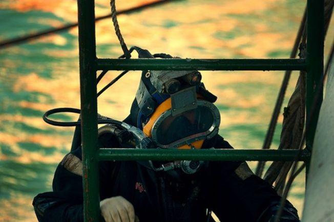潛水員準備下水。(取材自中國青年報)