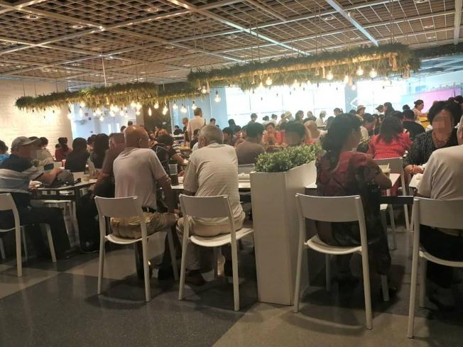 20日下午2時上海徐家匯宜家的用餐區,幾乎9成消費者都是銀髮族。中央社