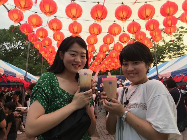 台灣國民飲料珍珠奶茶在日本引爆熱潮,作為珍奶主角的粉圓,光是今年上半年進口量及金額就創新高紀錄,其中約9成來自台灣。圖為日本女性參加在東京舉行的台灣嘉年華(Taiwan Festa)活動手拿珍奶畫面。中央社