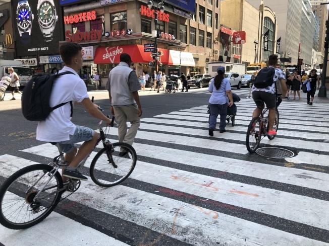 根據市交通局數據,截至今年7月止更有多達近70名行人因車禍意外死亡,且自2013年以來,意外致死的行人數量已達到單車騎士死亡人數的七倍。(記者顏嘉瑩/攝影)