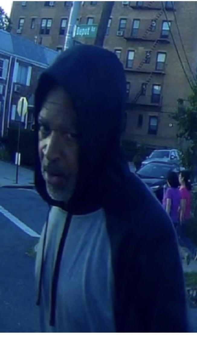 該男子涉嫌在法拉盛盜竊汽車後視鏡。(警方提供)