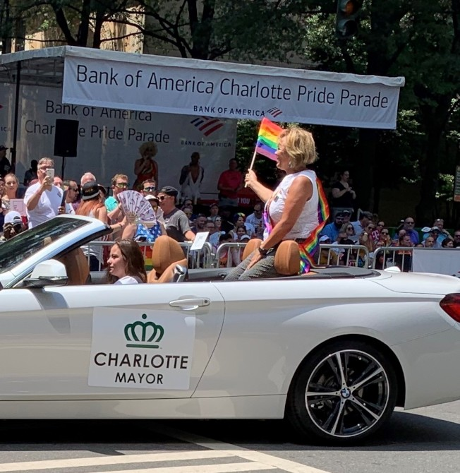 夏樂市市長萊斯乘車參加遊行,搖旗吶喊。(記者王政賢/攝影)