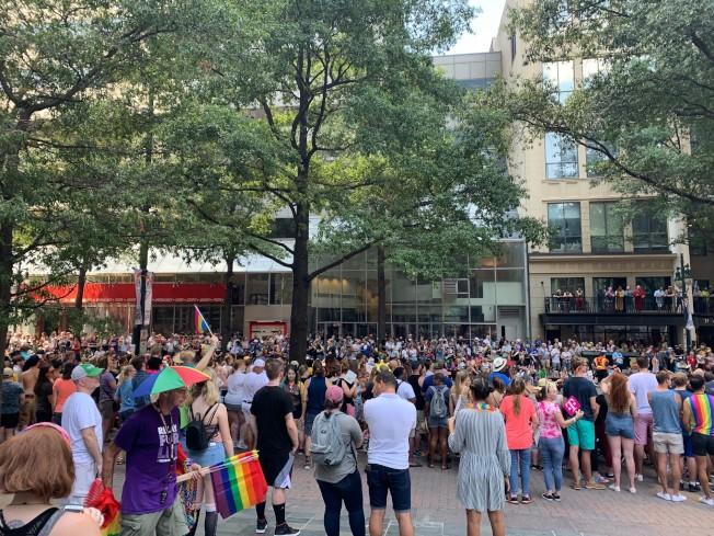 美國商業銀行總部門前,圍觀民眾人山人海 。(記者王政賢/攝影)