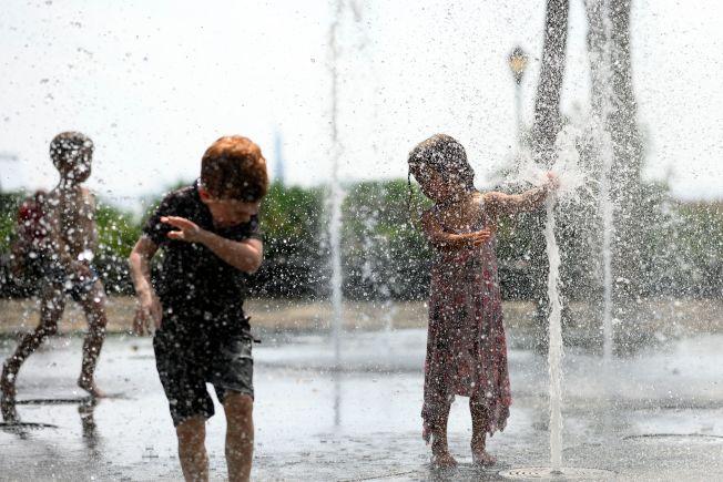 上月是紐約市歷來第10個最熱的7月。圖為紐約市的小朋友在公共噴泉涼爽一下。(Getty Images)