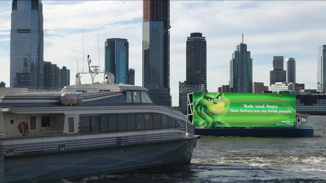 葛謨州長20日簽署一項法案,禁止擺放數位看板的船隻在紐約水域行駛,即時生效。(abc7ny電視台截圖)