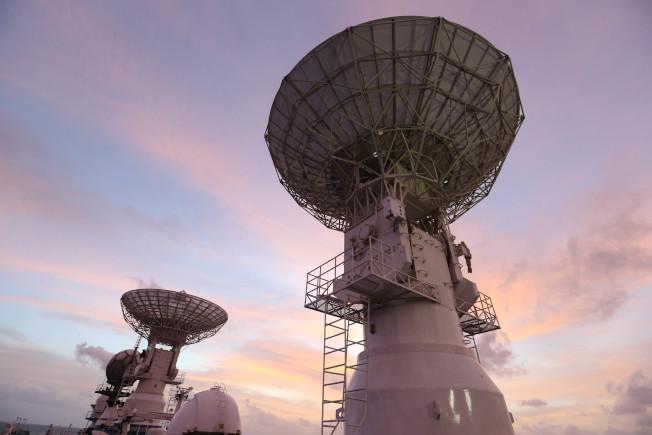 中國創造的衛星系統在全球逐漸普及。圖為今年6月底「遠望三號」船護送第46顆北斗導航衛星入軌,船上的測控雷達天線。(新華社)