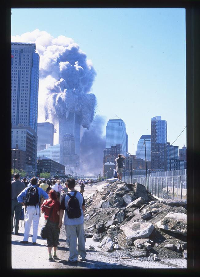 一名史岱文森高中的學生在九一一恐襲時拍的照片。(取自HBO)