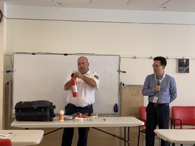 Gerald Rocco(左)介紹常見三大家庭火災,右為鄭石。(記者賴蕙榆/攝影)