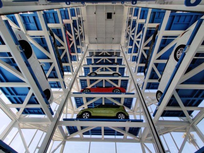 30輛車分布自動販賣機八層樓待客人取車。(KTLA電視台)