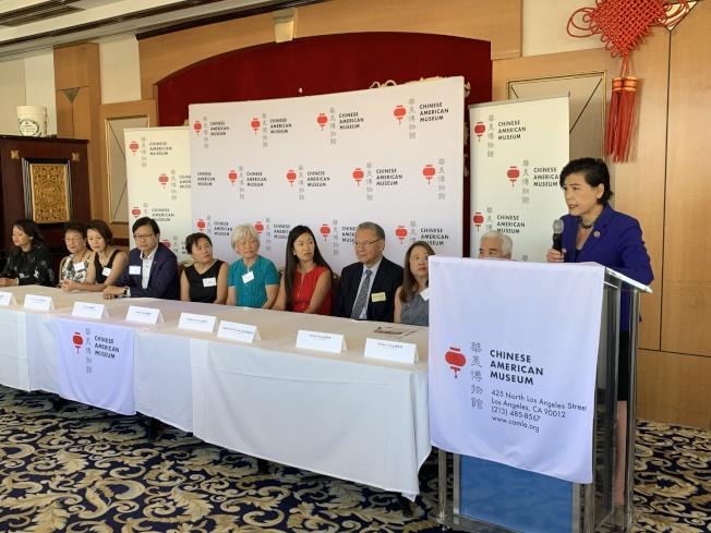 國會眾議員趙美心(右一)祝賀獲獎者,同時希望更多華人能夠為社會作出貢獻。(記者高梓原/攝影)