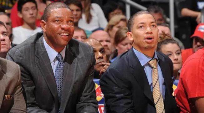 魯烏(右)以前就是瑞佛斯(左)助理教練,一起坐場邊第一排。(網路照片)