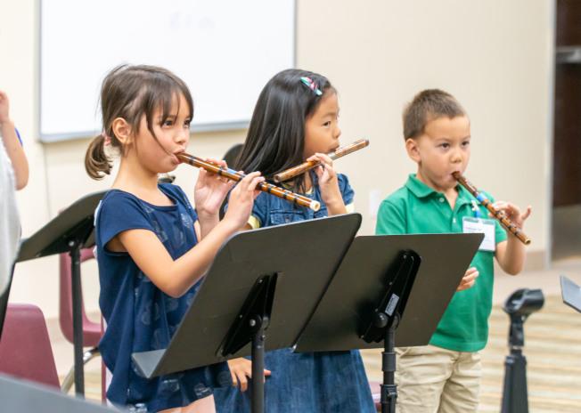 學生們學習竹笛吹奏。(南海岸中華文化中心提供)