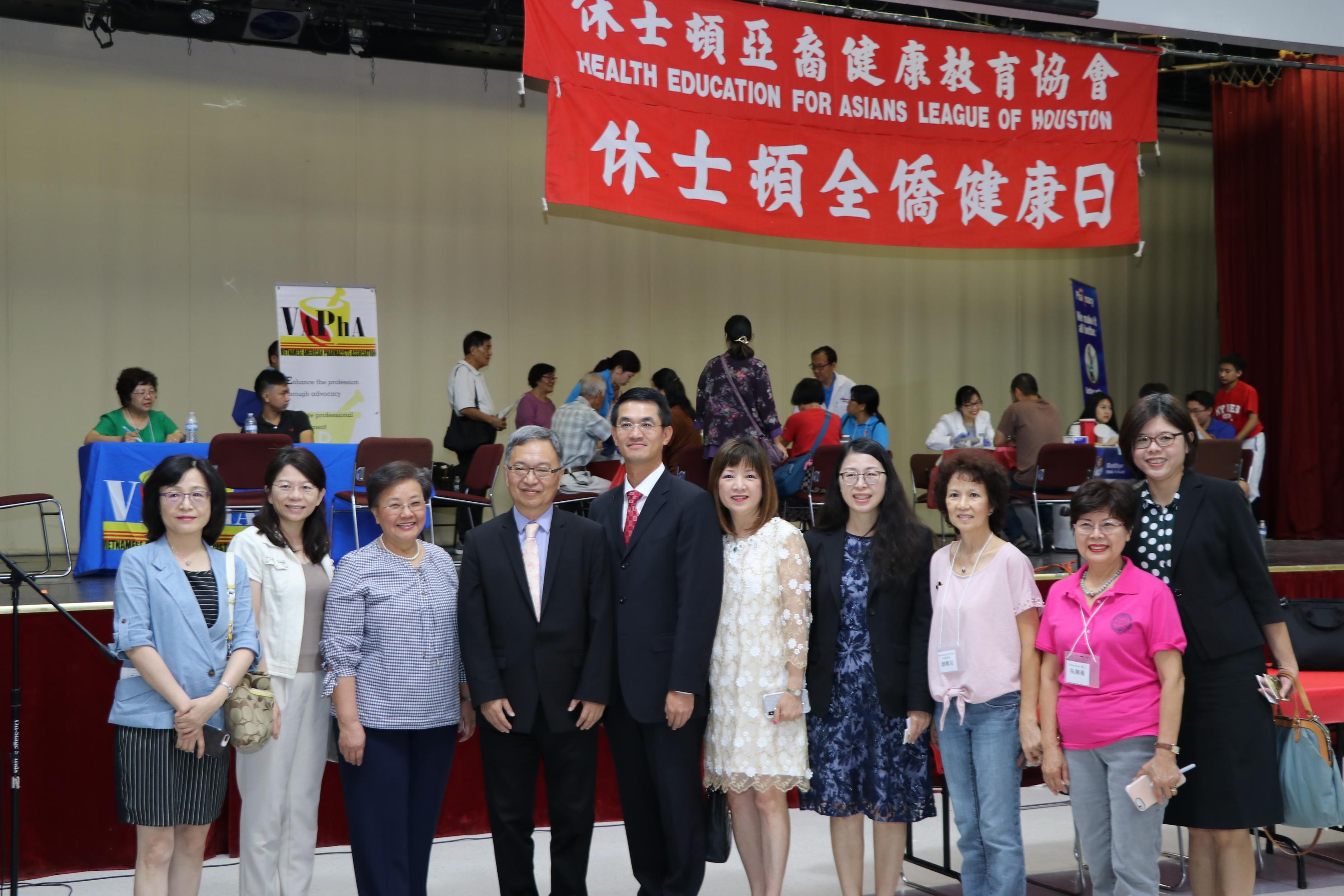 中華民國衛生福利部常務次長薛瑞元(左四)在駐休士頓台北經文處處長陳家彥(左五)陪同下來到會場。