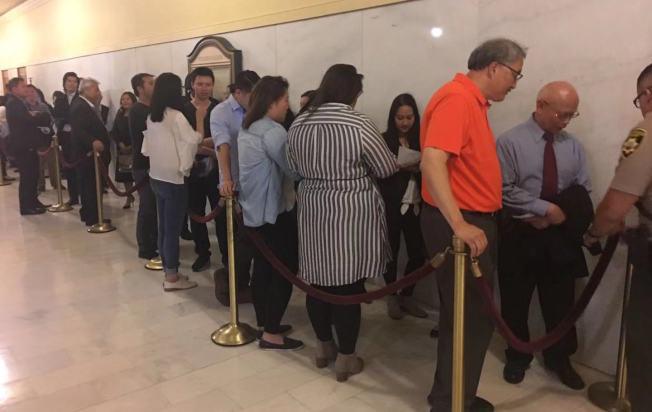 會議室門口外等待發言的人大排長龍。事項討論接近六小時。(記者李晗 / 攝影)