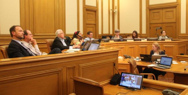 七位交通局委員最終以4比3通過命名華埠白蘭站決議。左一為現任的代理交通局長Tom Maguire。(記者李晗 / 攝影)