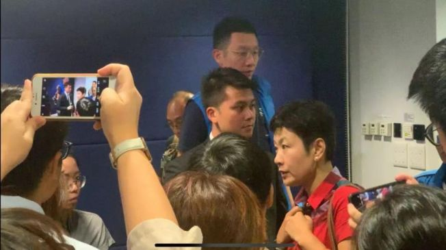 廣東廣播電視台記者陳曉前在香港警方記者會被港媒圍堵質問身分。(取材自環球網)