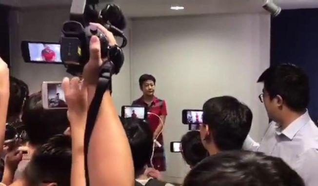 廣東廣播電視台記者陳曉前被港媒要求出示證件。(視頻截圖)