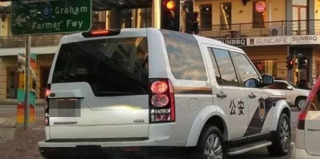 澳洲阿得雷德、珀斯兩市近日出現帶有中國「公安」logo的車輛,外觀十分逼真。由於時值香港抗議熱潮,時機敏感,不少澳媒都將此番景象與香港示威活動相關聯,澳洲警方證實街頭的確出現類似車輛。 一名涉事司機向警方透露,車輛上的標識是在網上購買的貼紙,貼在車上只是想開個玩笑。在與警方溝通後,貼紙已被取下。而類似事件在澳洲並非首次出現。今年4月,墨爾本街頭就曾出現高仿版「中國警車」,外界猜測,這些車輛可能是留學生改著玩的。(取材自海外網)