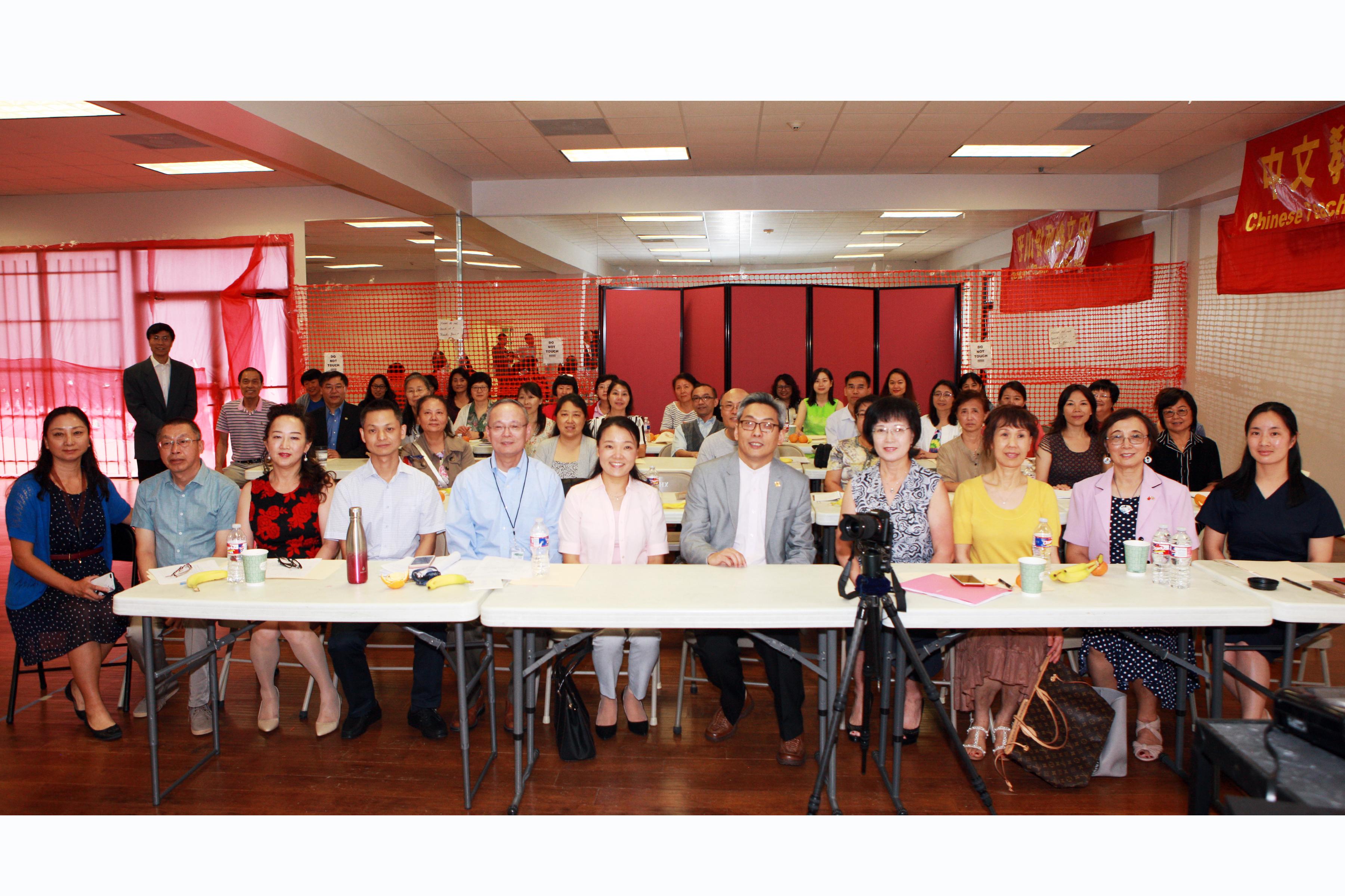 蔡偉(前右五)與華夏中文學校老師合影。(記者賈忠/攝影)