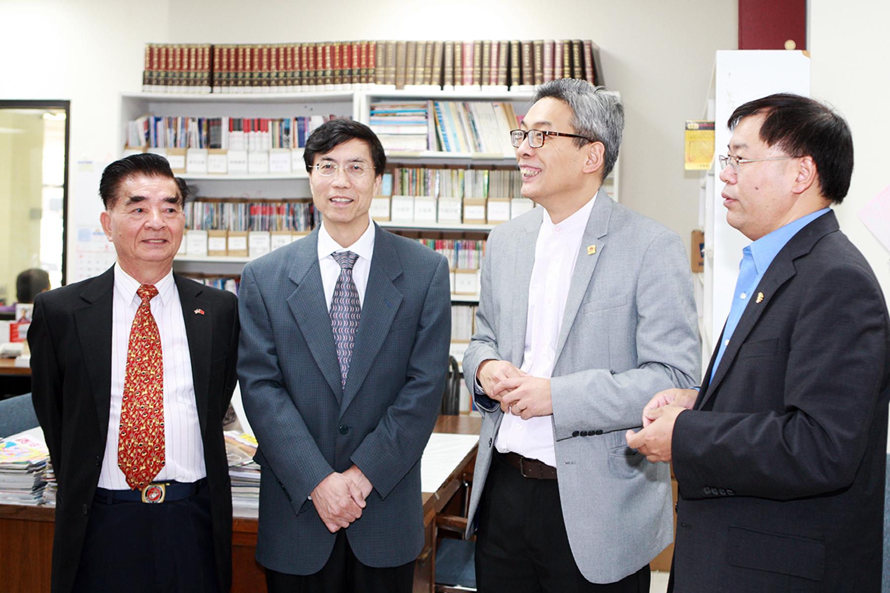 蔡偉(右二)聽取範玉新對中國人活動中心圖書館的介紹。(記者賈忠/攝影)