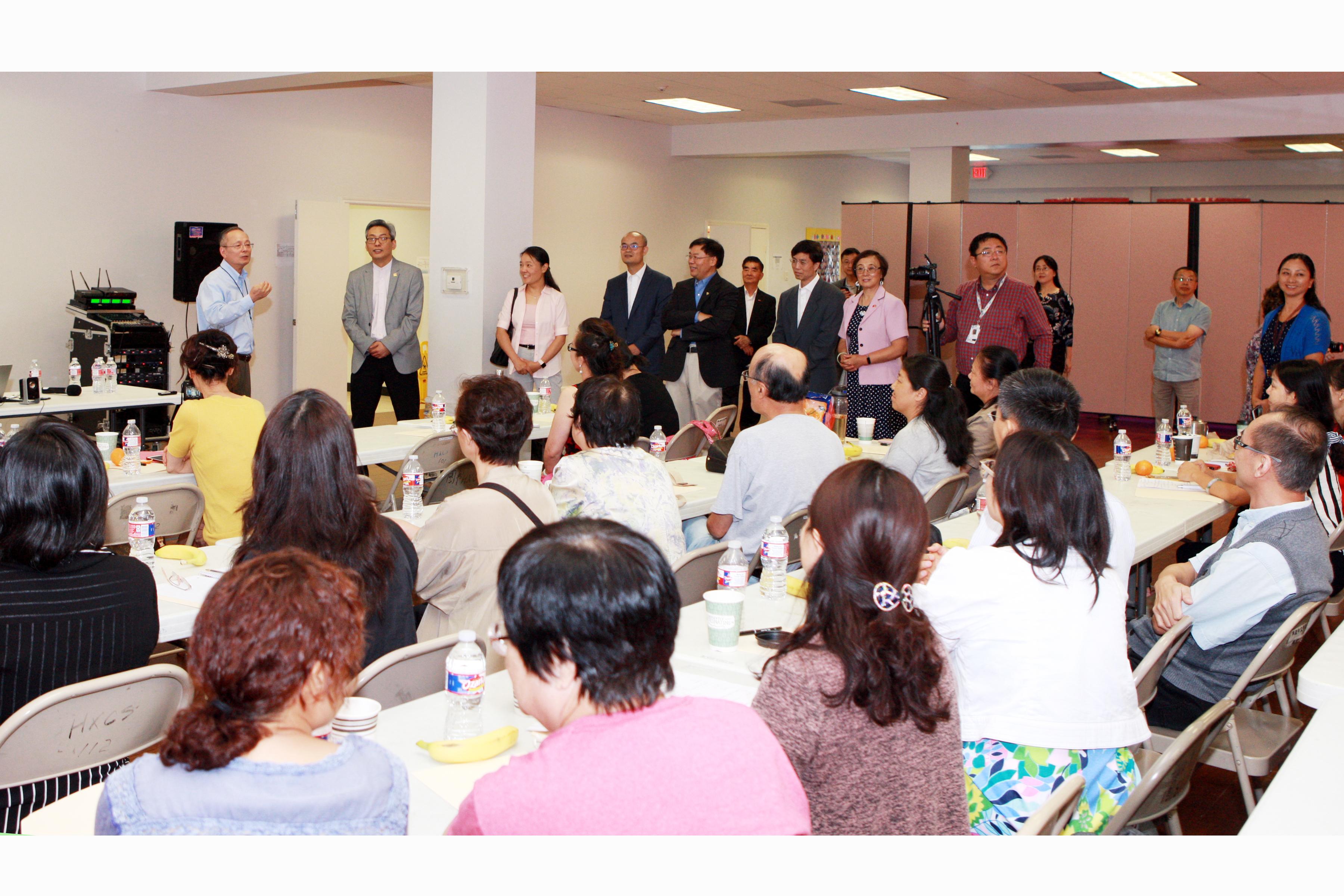 華夏中文學校總校長包華富(站立者左一)向全體老師介紹蔡偉(站立者左二)。(記者賈忠/攝影)
