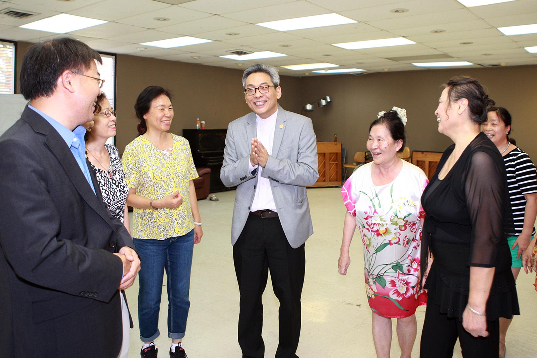 蔡偉(中)與夕陽紅歌舞團的團員們交談。(記者賈忠/攝影)