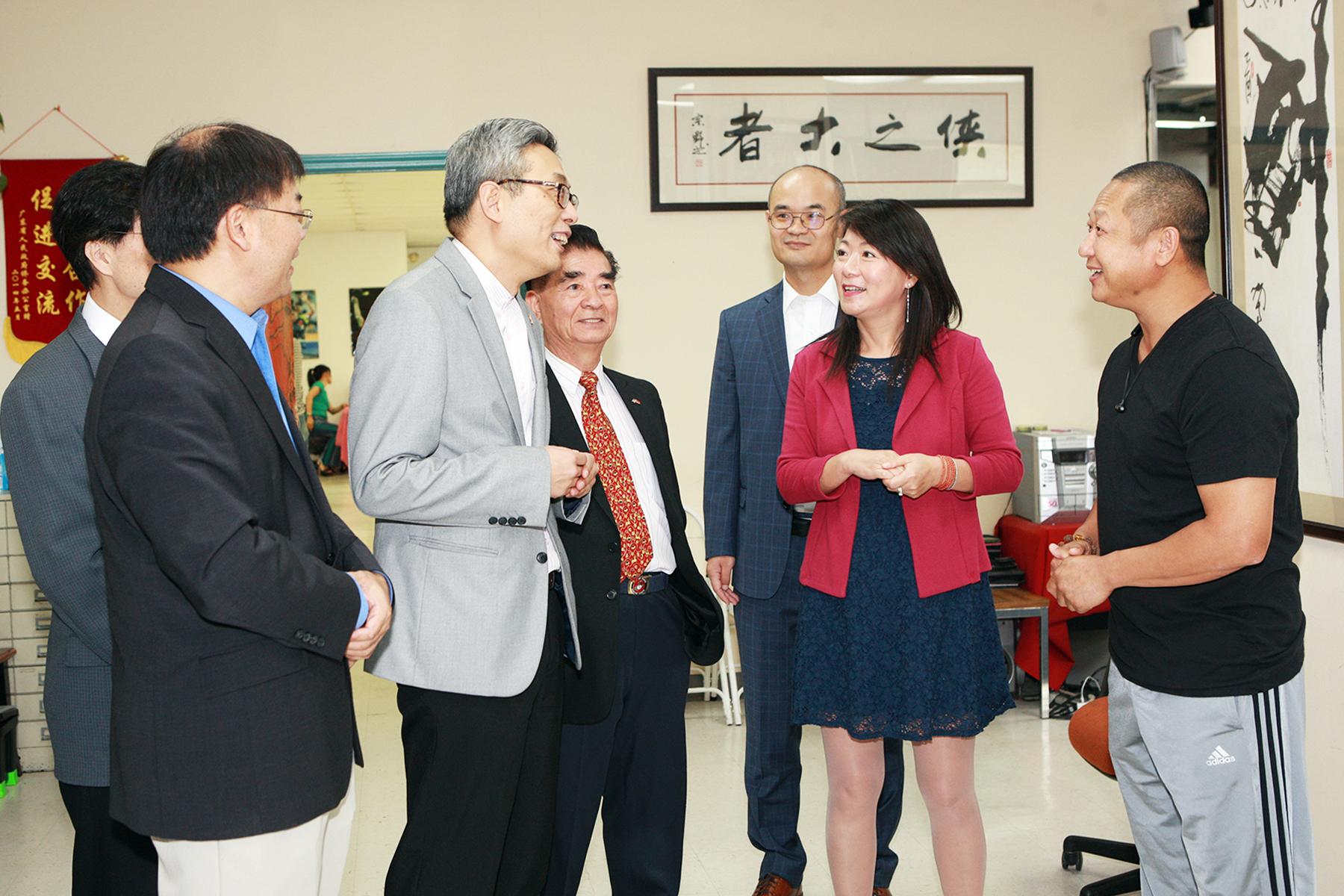 釋行浩(右一)向蔡偉(左三)介紹少林功夫學院。(記者賈忠/攝影)