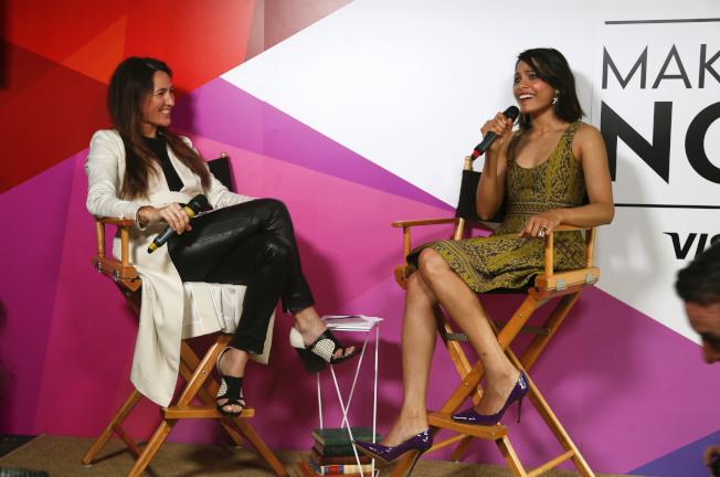 澳洲前總理基亭的女兒凱薩琳(右)2015年擔任音樂祭節目主持人,訪問女星Freida Pinto。(美聯社)