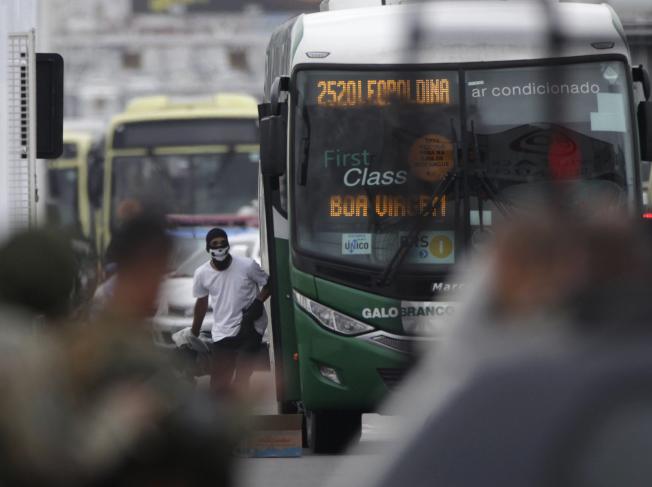 蒙面歹徒劫持公車,遭狙擊手擊斃。(美聯社)