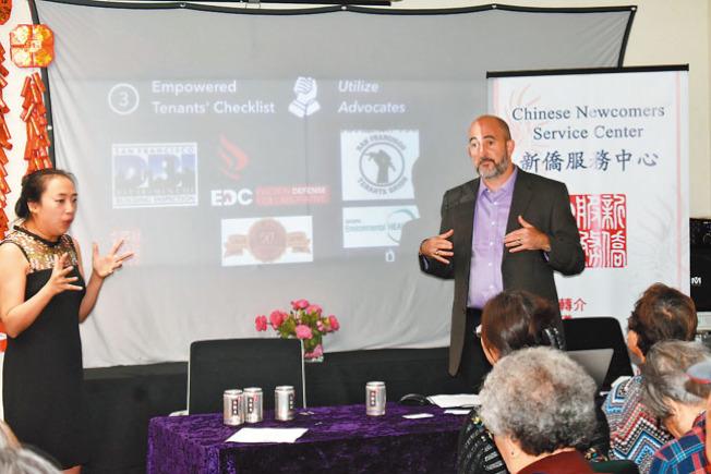 租客權益律師利夫席茨(右)介紹了租客可以尋求幫助的資源,亞洲法律聯會住房權利社區倡導代表鄺曉敏(左)向華裔社區居民提供廣東話翻譯。(記者黃少華/攝影)