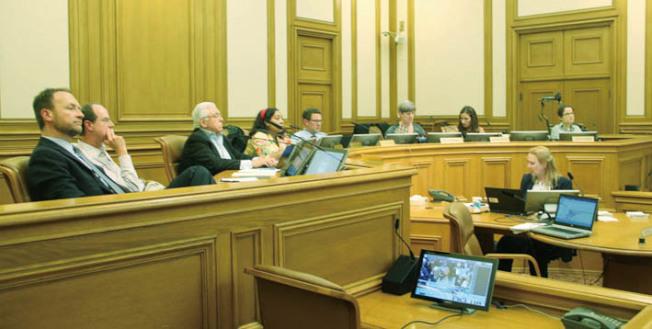 七位交通局委員最終以4比3通過命名華埠白蘭站決議。左一為現任的代理交通局長Tom Maguire。(記者李晗/攝影)